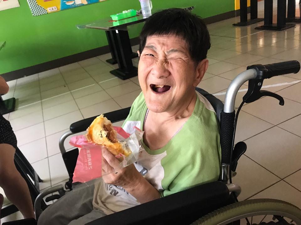 1080518善心人士捐贈麵包